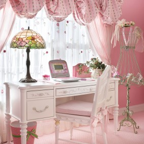 Bureau dans une chambre rose