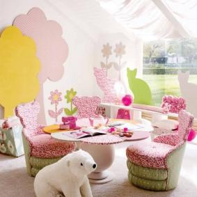 Chaises rembourrées dans l'aire de jeux de la chambre des enfants