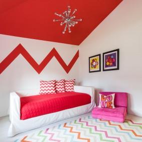 Plafond rouge dans la chambre d'une fille