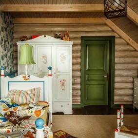 Armoire blanche dans la chambre des enfants de la maison en rondins