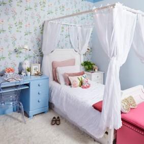 Auvent blanc sur le lit des filles