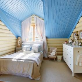 Plafond bleu dans la chambre mansardée
