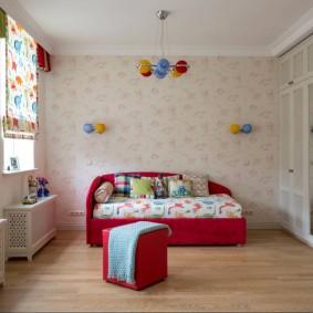 Lit rouge dans une chambre avec papier peint pastel