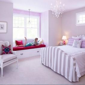 Papier peint lilas dans la chambre de la fille