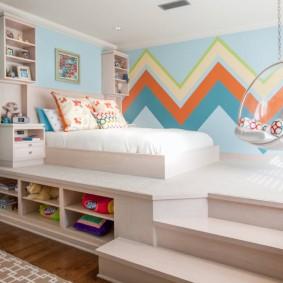 Podium avec un lit dans la chambre des enfants