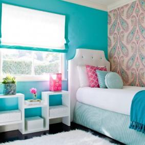 Murs bleus dans une chambre d'enfant