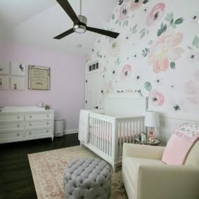 Une chaise confortable pour maman dans la chambre du bébé