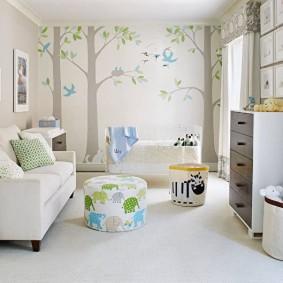 Papier peint en papier sur le mur d'accent de la chambre des enfants