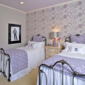 Papier peint lilas dans la chambre de deux filles