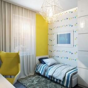 Rideau lumineux sur un mur jaune