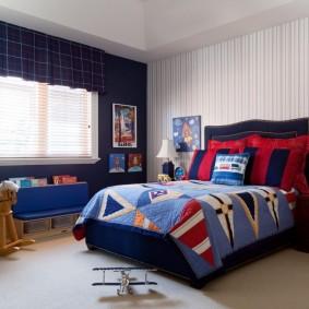 Mur bleu foncé dans la chambre d'un écolier