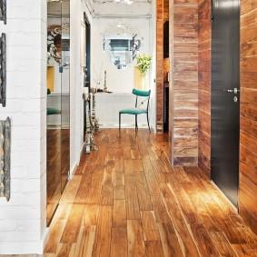 Couloir élégant avec garniture en bois