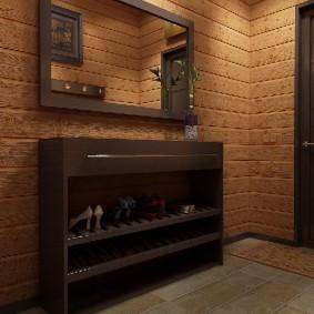 Étagère à chaussures ouverte contre le mur du couloir
