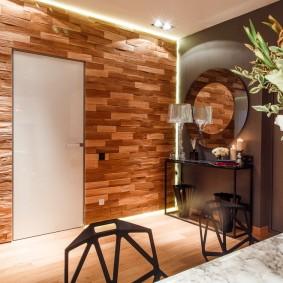 Panneaux en bois dans le couloir d'une maison privée
