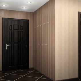 Crochets pour vêtements d'extérieur sur le mur du couloir