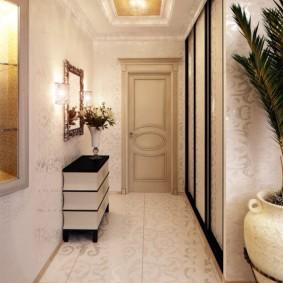Long couloir avec miroir et piédestal