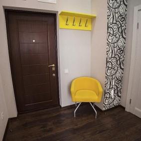 Accents jaunes à l'intérieur du couloir