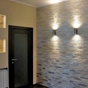 Décoration murale en pierre dans le couloir