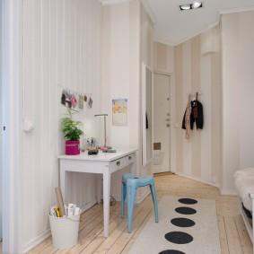 Papier peint beige dans un couloir de forme irrégulière