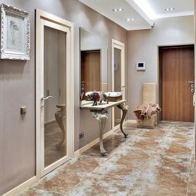 Portes miroir dans le couloir classique