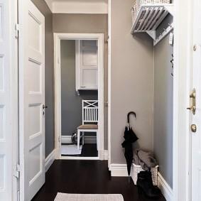 Paniers sur une étagère ouverte dans le couloir
