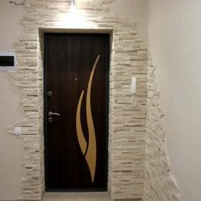 Espace de décoration en pierre au-dessus de la porte d'entrée