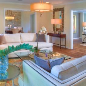 Salon intérieur avec deux canapés