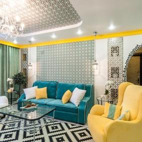 Fauteuil jaune dans un salon moderne