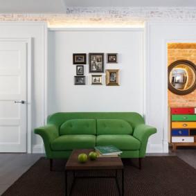 Canapé vert par le mur blanc du salon
