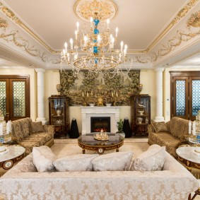 Grand lustre dans le salon spacieux