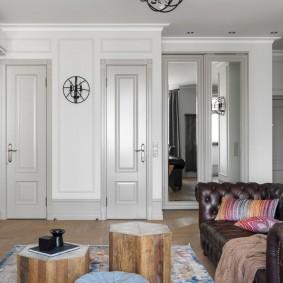 Portes étroites dans le mur du salon