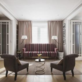 Deux fauteuils dans un salon de style moderne