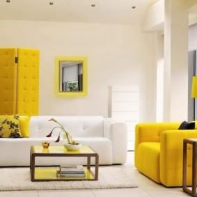 Écran jaune dans une pièce aux murs blancs