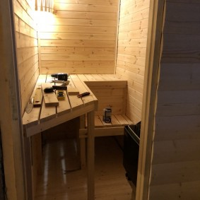 Banc de bricolage dans le sauna sur le balcon