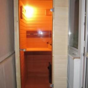 Sauna compact sur le balcon d'un immeuble à plusieurs étages