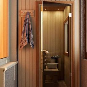 Serviette sur un cintre près de la porte du sauna