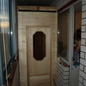 Petit sauna sur le balcon d'une maison en brique