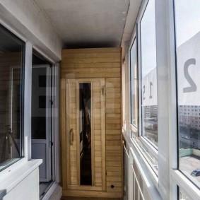 Loggia étroite avec un vrai sauna