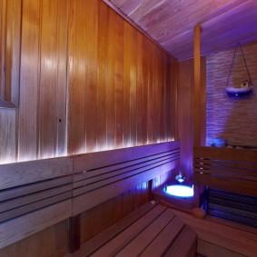 Un long banc dans un bain russe