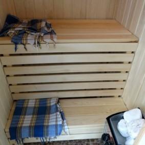 Serviette à carreaux sur marche en bois
