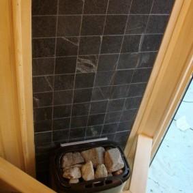 Décoration murale en céramique sur le poêle dans le bain