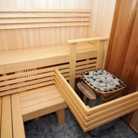 Garde de poêle dans un sauna compact