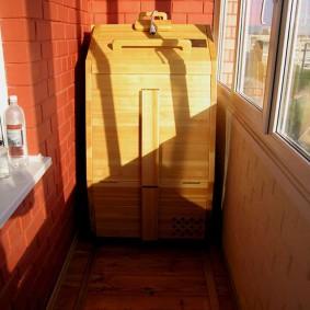 Baril de cèdre au lieu d'un sauna sur le balcon