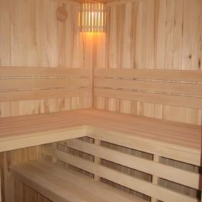 Étagères en bois dans un sauna loggia