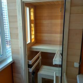 Intérieur d'un petit sauna sur le balcon d'un immeuble de cinq étages