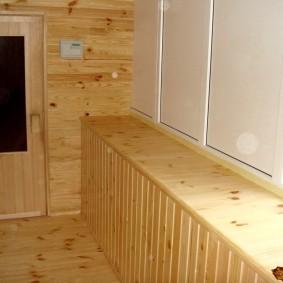 Appui de fenêtre en bois sur la loggia de l'appartement