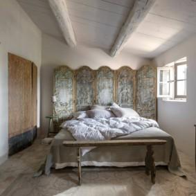 Paravent décoratif derrière la tête du lit