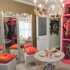 Armoire rose dans la chambre des filles