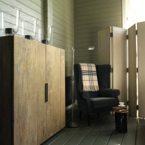Fauteuil rembourré dans une pièce d'une maison en bois