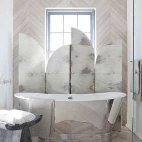 Écran à l'intérieur de la salle de bain avec fenêtre